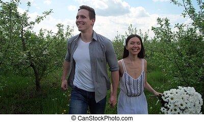 couple, joyeux, courant, arbres, main