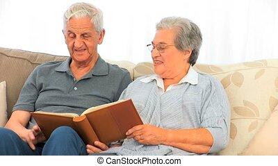 couple, leur, album, regarder, photo