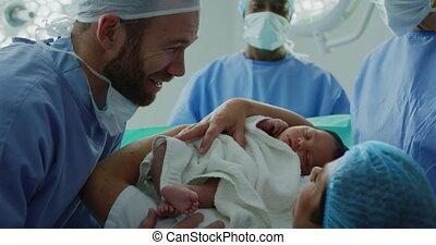 couple, leur, bébé, regarder, hôpital, caucasien, gros plan, nouveau né
