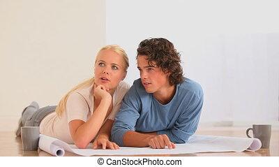 couple, leur, nouveau, livingroo, planification