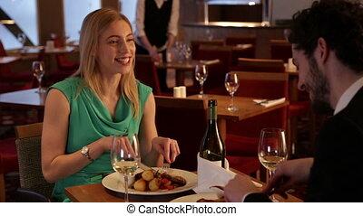 couple, manger, jeune, restaurant