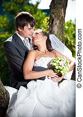 couple, mariés, arbre, contre, regarder, autre, chaque