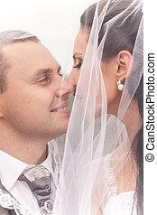 couple, mariés, regarder, autre, sous, nuptial, chaque, voile