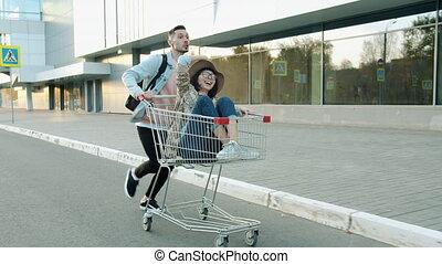 couple, moderne, joyeux, équitation, lent, amusement, ville, mouvement, charrette, achats, avoir