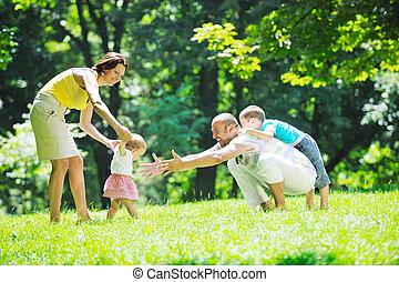 couple, parc, jeune, leur, amusez-vous, enfants, heureux