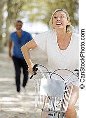 couple, parc, personne agee, faire vélo
