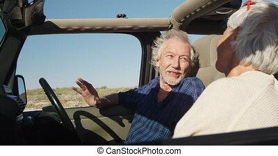 couple parler, personne agee, plage, voiture