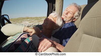 couple, penchant, ensemble, personne agee, voiture