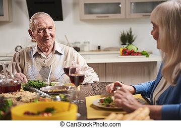 couple, personnes agées, regarder, autre, chaque, table