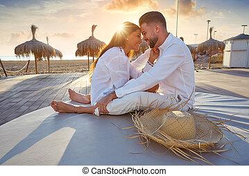 couple, plage, jeune, levers de soleil, vacances