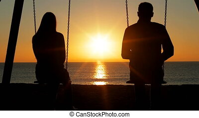 couple, plage, levers de soleil, contempler
