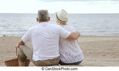 couple, plage, séance, sea., regarder, personnes agées, ensemble
