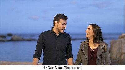 couple, plage, soir, marche, conversation