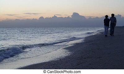 couple, promenade plage, crépuscule