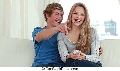 couple, quoique, heureux, télévision regardant, séance