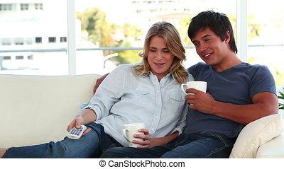 couple, quoique, télévision regardant, délassant, sourire