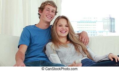 couple, quoique, televison, séance, regarder, heureux
