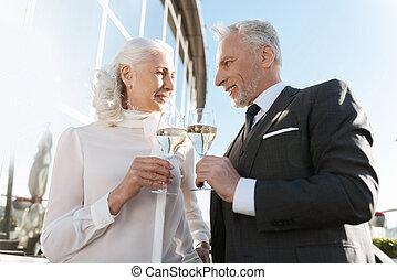 couple, regarder, élégant, autre, collègues, chaque