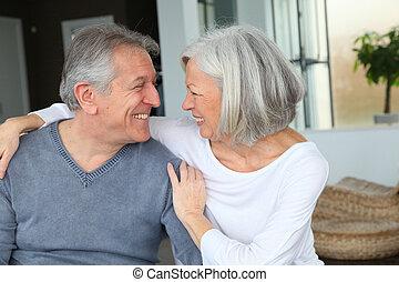 couple, regarder, autre, chaque, personne agee, heureux