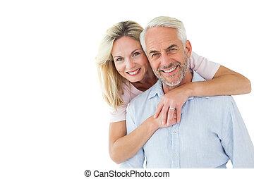 couple, regarder, sourire, embrasser, appareil photo