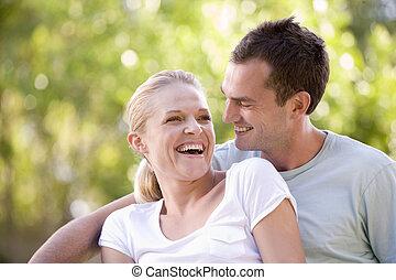 couple, séance, rire, dehors