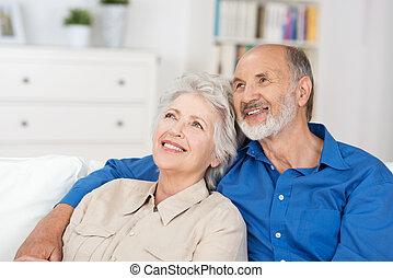 couple, séance, satisfait, personnes agées, évoquer souvenirs
