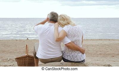 couple, séance, sea., regarder, personnes agées, ensemble