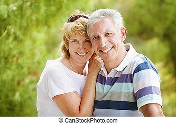 couple, sourire, mûrir, embrasser