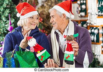 couple, stocker achats, décorations noël