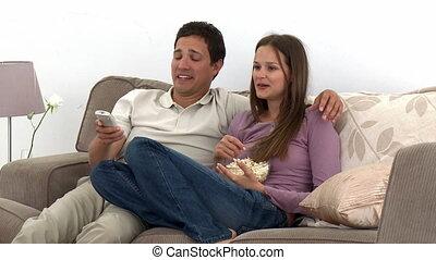 couple, télévision regardant