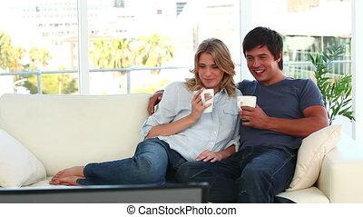 couple, télévision regardant, ensemble, heureux