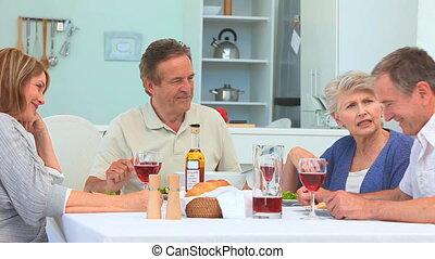 couples aînés, dinant, ensemble