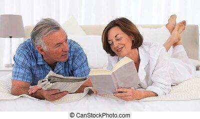 couples aînés, lecture
