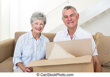 couples aînés, maison, nouveau, en mouvement, gai
