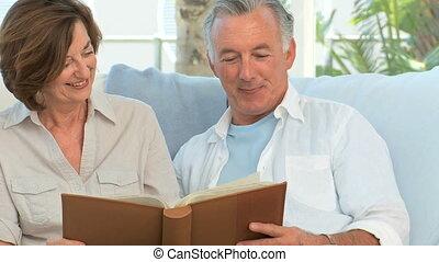 couples mûrs, album, regarder, photo