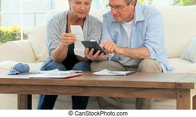 couples mûrs, conjugal, leur, calculer, factures