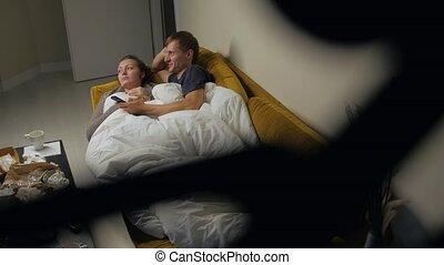 couples regardant tv, jeune