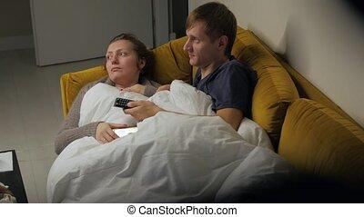 couples regardant tv, sofa