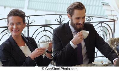 coupure, pendant, café, couple, bavarder