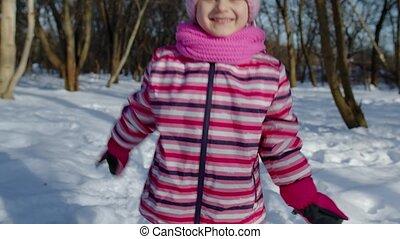 courant, peu, neigeux, parc, regarder, route, hiver, girl, vers, joyeux, enfant, appareil photo, forêt