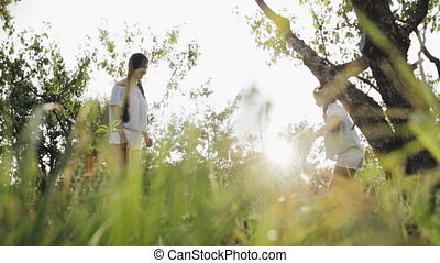 courses, mère, forêt, girl, étreint