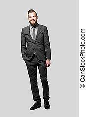 cravate, fortuitement, poche, complet, porter, sourire, appareil-photo., une, beau, debout, gris, homme affaires, sien, main