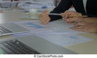 crayon, dessiner, discuter, courtier, deux, ventes, ligne., papier, table, directeur, données