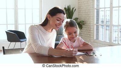 crayons, dessin, couleur, enseignement, maman, girl, ensemble, sourire, gosse