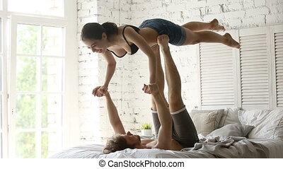 crise, acro, ensemble, pratiquer, yoga, couple, lit, sportif, jeune