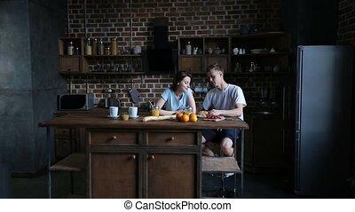 croissant, partage couple, romantique, cuisine