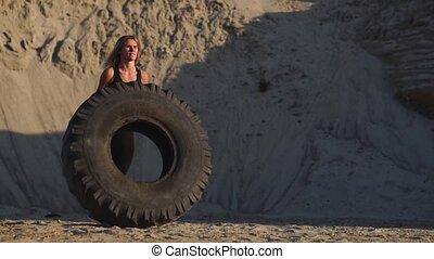 crossfit, girl, sable, pousser, carrière, roue, formation, séance entraînement