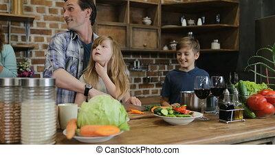 cuisine famille, père, nourriture, ensemble, regarder, préparer, mère, cuisine maison, enfants, heureux