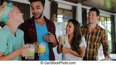cuisine, femme, dégustation, jeune, ensemble, deux couples, conversation, jus, frais, boire, homme, sourire heureux