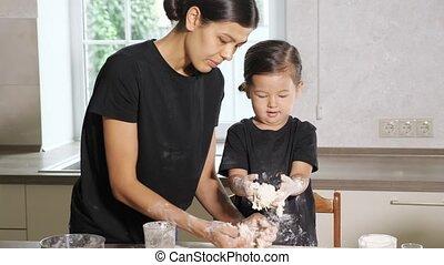 cuisine, fille, cuisine, pâte, quelque chose, maman
